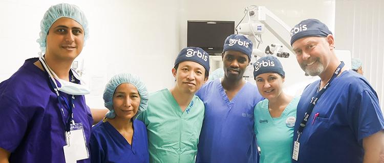 海外での診察・手術指導